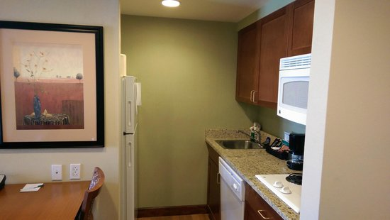 Homewood Suites St. Louis-Riverport: Kitchen