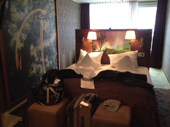 Hotel Sonne: Bedroom 1 (there's an additional single bed on other side of headboard)