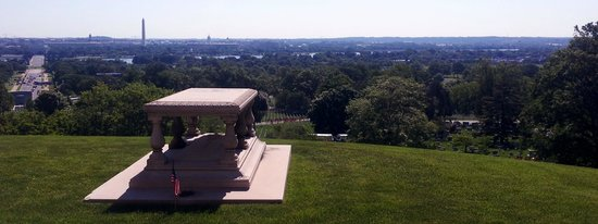 Arlington National Cemetery: L'enfant's grave over looking his city