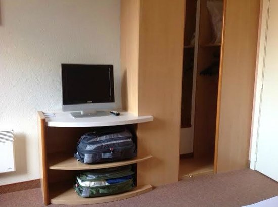 Ibis Mons Centre Gare: Tiny closet and television
