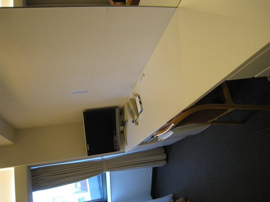 Marugame Plaza Hotel: 机はかなり広く使いやすいです。BSは映りませんでした。