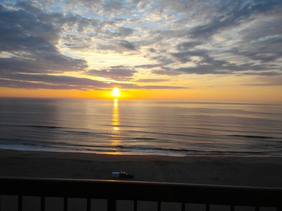 Wyndham Virginia Beach Oceanfront: Looking out our balcony at 6 am