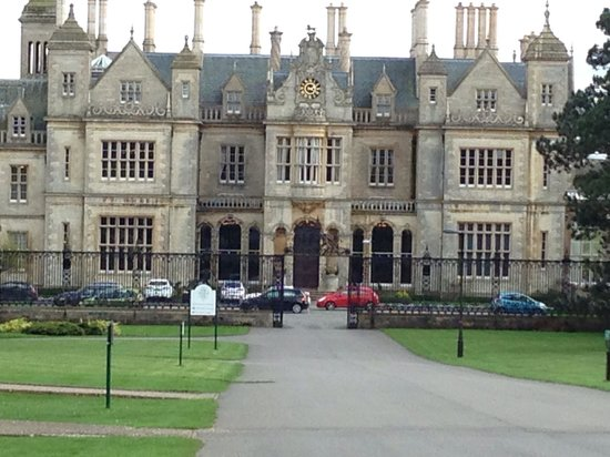 Stoke Rochford Hall: Drive way up to reception