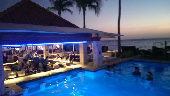 Curacao Marriott Beach Resort & Emerald Casino: Pool bar at sunset