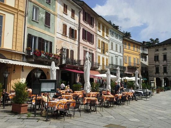 Hotel Leon d'Oro d'Orta : .the piazza outside front door
