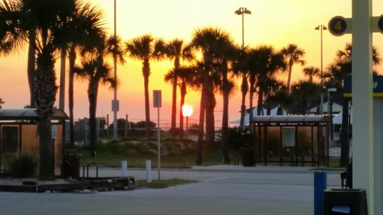 Regency Inn & Suites: Looking across from the hotel to the beach at sunrise.