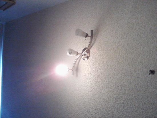 Rodeway Inn & Suites: One working light bulb out of three