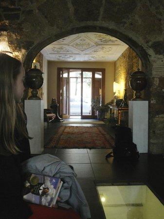 Il Giardino di Ballaro : Entrance onto the bright street