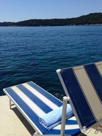 Villa Dubrovnik : lounge chairs facing the ocean
