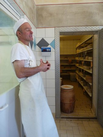 Podere Il Casale : Ulisse explaining his philosophy of cheese-making