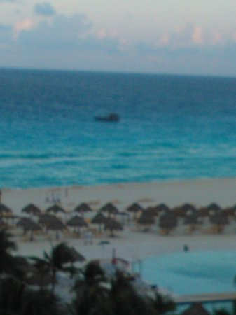 Iberostar Cancun : beach and warship because the mexican presidents was in cancun