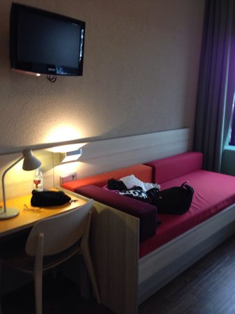 MEININGER Hotel Amsterdam City West : Spacious room with sofa