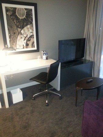 The Godfrey Hotel Chicago: Living area of suite