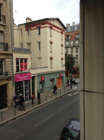 Hôtel Paris Louis Blanc : Across the street