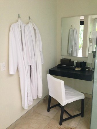 Blue Diamond Luxury Boutique Hotel: Vanity area of bathroom at Patio Junior Suite