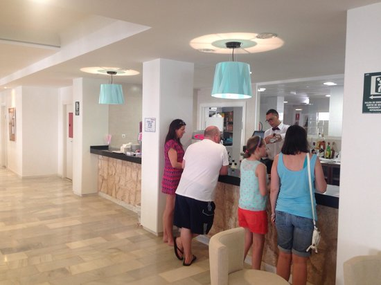 Hotel Club Bahamas Ibiza: Bar area pm