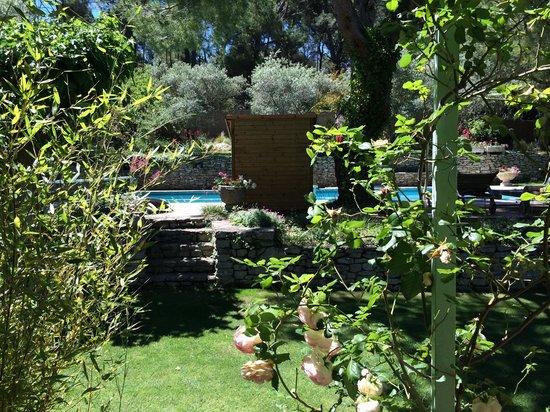 Le Mas des Anges : La piscine vue de la chambre d'hôtes