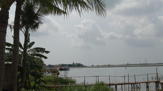 Vinh Hung Emerald Resort: the river