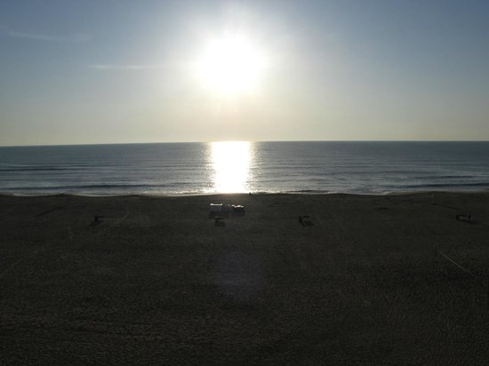 Wyndham Virginia Beach Oceanfront: Sunset view from room