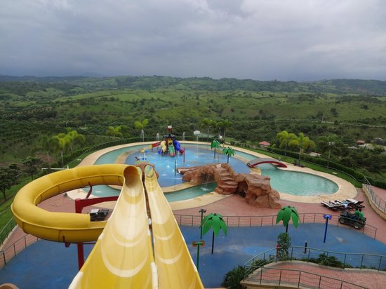 Hillary Nature Resort & Spa: Tobogan, una de las pisicnas del resort