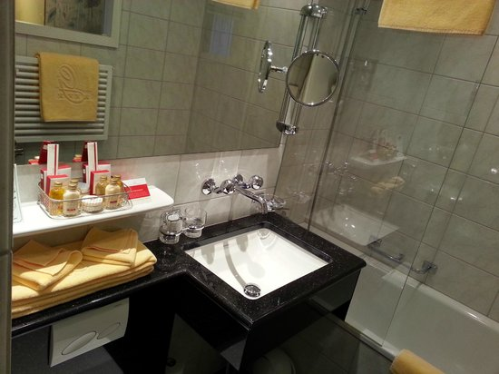 GAIA Hotel : bathroom 2 (tub)