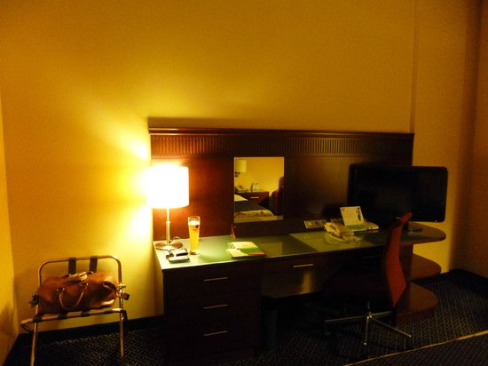 Courtyard by Marriott Warsaw Airport: table