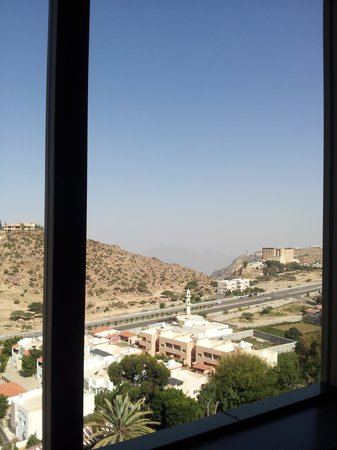 Le Meridien Al Hada: Breakfast view of the abyss