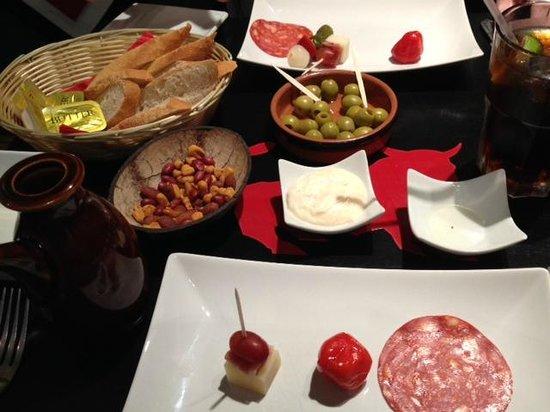 Sol y Sombra Tapas Bar: olives & nuts