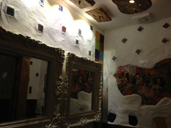 Sol y Sombra Tapas Bar: Dali inspired ladies bathroom