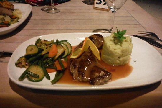 Vaima Polynesian Bar and Restaurant: wonderful pork