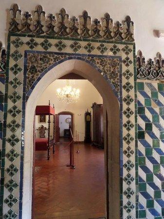Palacio Nacional de Sintra: tiled doorway in palace