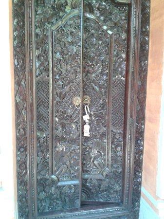 Sukun Bali Cottages: porte d entrée de la chambre