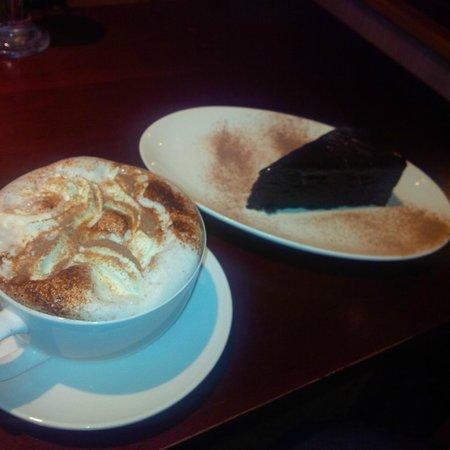 madisons gelateria: Warm milk (hot chocolate) and mud slice