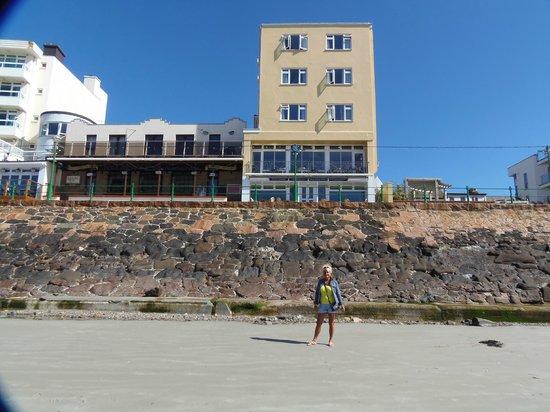Marina Metro Hotel: rear of hotel from the beach
