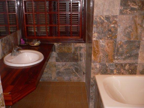 Waterside Resort & Spa: バスルームも広い