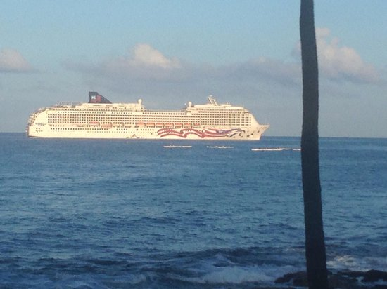 Kona Reef Resort: Cruise ship outside