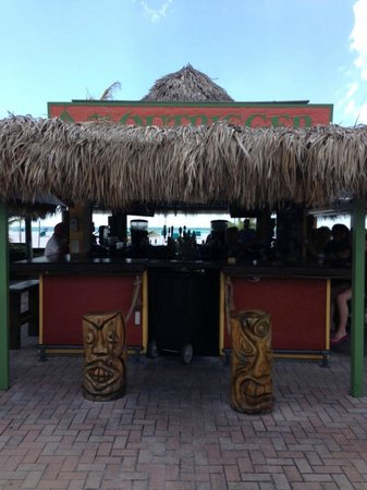Outrigger Beach Resort : Tiki bar