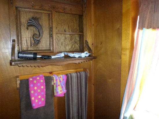 Historic Anchor Inn: Shelf with a mirror in the cabinet