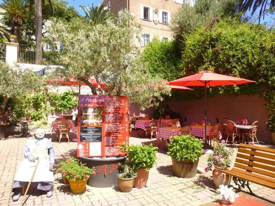 A Piazzetta: Lots of seating, inside and out
