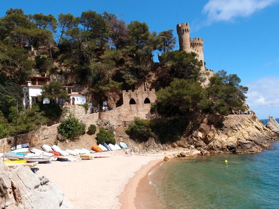 Lloret Beach : The lovely castle view.