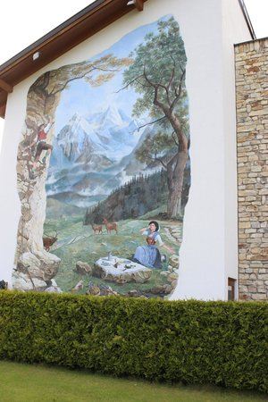 Edelweiss Lodge and Resort: Mural on an outside wall.