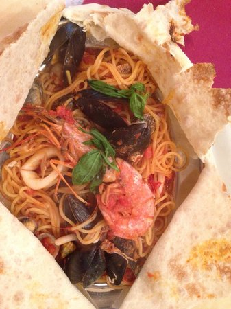 Ai Tre Archi: Spaghetti with fresh sea food after opening the bread.