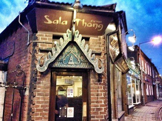 Sala Thong Restaurant: Outside