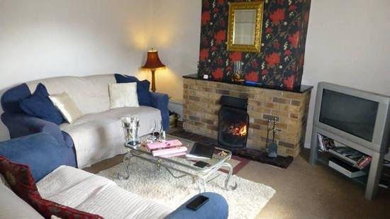 The Walnuts Country House: Cosy Cottage Lounge
