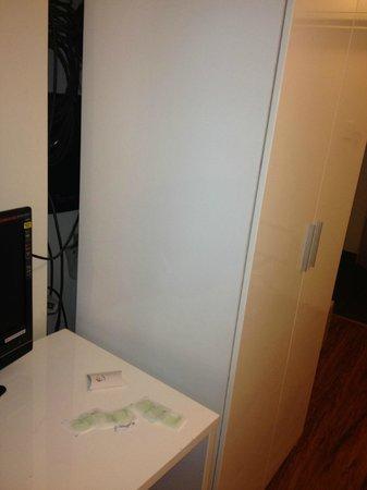 Posh Hotel: El placard que esconde la central de comunicaciones.