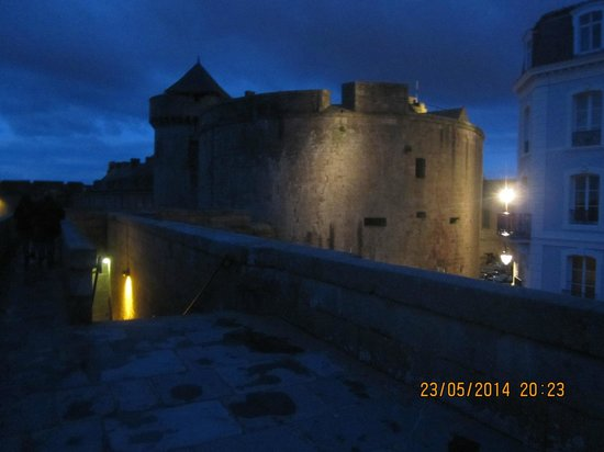 Hotel France et Chateaubriand: Walking on the walls opposite the hotel evening