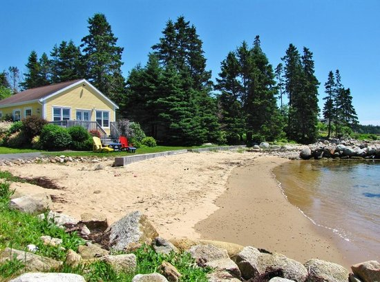 Larinda's Landing Oceanfront Cottages: Relax and enjoy our private beach, great for children to play!