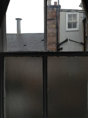 Glen Mhor Hotel & Apartments: The frosted glass blocks wonderful view?