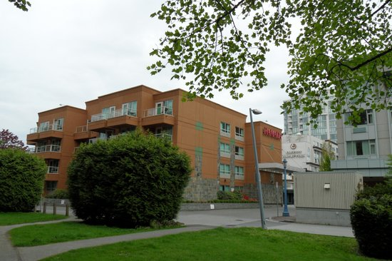 Ramada Limited Vancouver Airport: Back of hotel