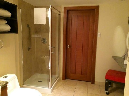 Embassy Suites by Hilton Montreal: bathroom with door leading to bedroom
